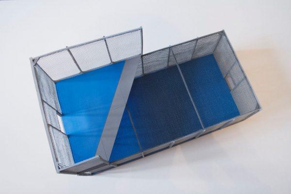 Zdjęcie realizacji Urbansport, przedstawiające makietę boiska mobilnego z serii Q do gry w piłkę nożną 2 vs 2 w klatce, budowa boisk, boiska mobilne, piłka nożna w klatce